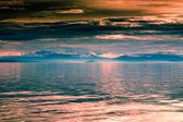 Hermosa puesta de sol y las montañas sobre el lago — Foto de Stock