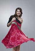 Mutlu kadın kırmızı çiçek elbise çalışıyor — Stok fotoğraf