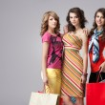 Girlfriends smiling shopping — Stock Photo