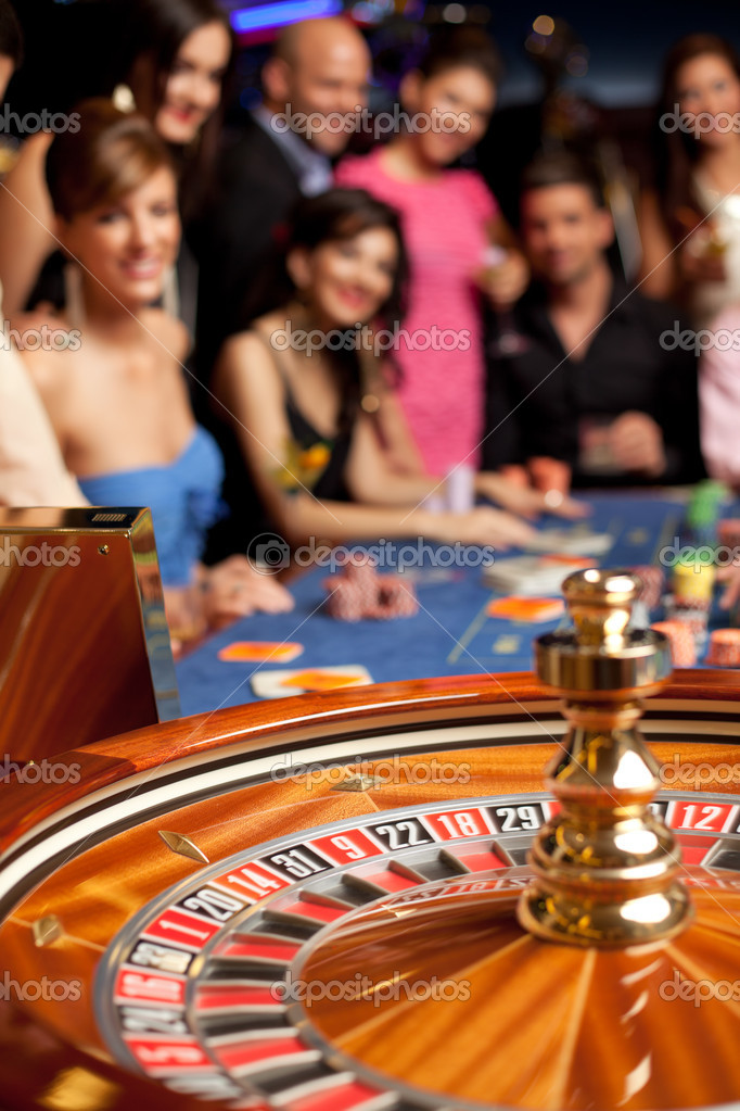 Group of young smiling looking excited at spinning roulette — Stock Photo #5939885