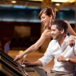 Couple playing the slot machine — Stock Photo
