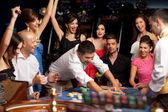 Casino rulet oynamaya mutlu beyaz arkadaşlar — Stok fotoğraf