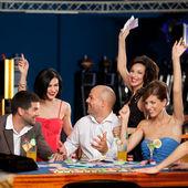 Amici felici caucasici, giocando a blackjack nei casinò — Foto Stock