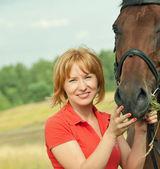 Retrato de joven agradable con su caballo — Foto de Stock