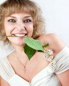 зеленоглазая блондинка с цветком в ее рот — Стоковое фото