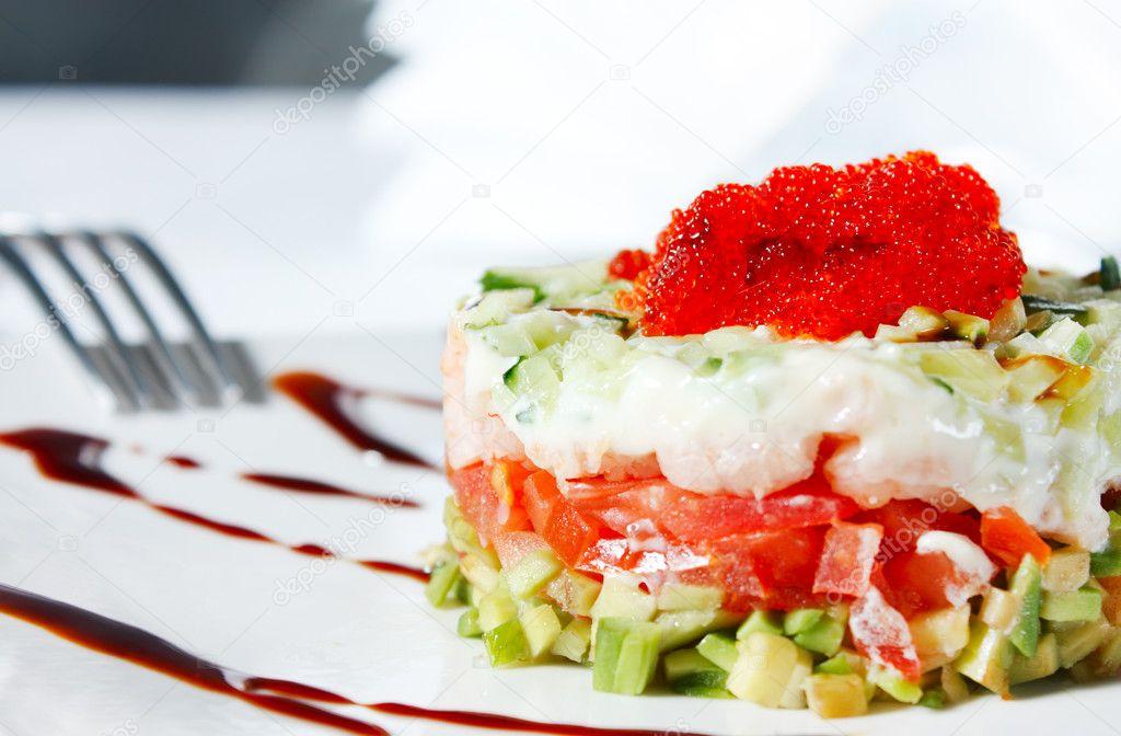 Салат из креветок с икрой и помидорами
