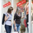 Women window shop — Stockfoto