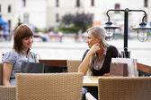 Iki genç kadın sohbet — Stok fotoğraf