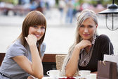 Two young lady sitting outdoor — Stockfoto