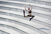 跳跃在舞台上的舞者 — 图库照片