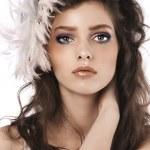 chica con peinado largo rizado y accesorio de la pluma — Foto de Stock