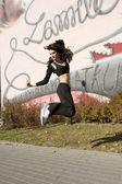 Młoda brunetka tancerz, skoki — Zdjęcie stockowe
