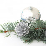 松の枝とクリスマスの銀装飾品 — ストック写真