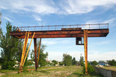 Abandoned gantry crane on a background of blue sky — Stock Photo