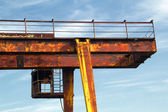 The cab is an abandoned gantry crane on a background of blue sky — Stockfoto