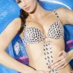 Beautiful brunette in swimmingpool — Stock Photo