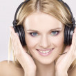 Beautiful girl is listen to the music — Stock Photo