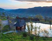 Casa de madeira perto do lago pequeno. — Foto Stock