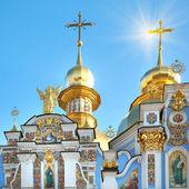Kyiv Mykhailiv'skyj Sobor mith sun in sky — Stock Photo
