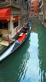 венецианский вид с припаркованным гондола — Стоковое фото