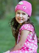Unga glada leende flicka i rosa Stickad mössa — Stockfoto