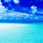 Empty beach with blue sky and vibrant ocean — Stock Photo