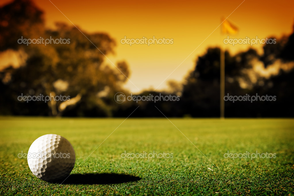 A long putt on the 18th green as sunset closes in — Stock Photo #6608960