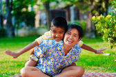 Mother and son play in a park — Stockfoto