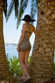 девочка стоит пальмовых деревьев — Стоковое фото