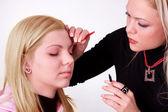Makeup-artist på jobbet — Stockfoto
