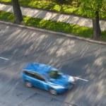 urychlení koncept - auta se pohybují rychle na silnici na krásné slunné — Stock fotografie