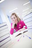 V knihovně - velmi unavený/vyčerpání, hezká, ženský student wi — Stock fotografie