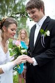 молодой свадьба пара - свеже ср жених и невеста, позируя гос — Стоковое фото