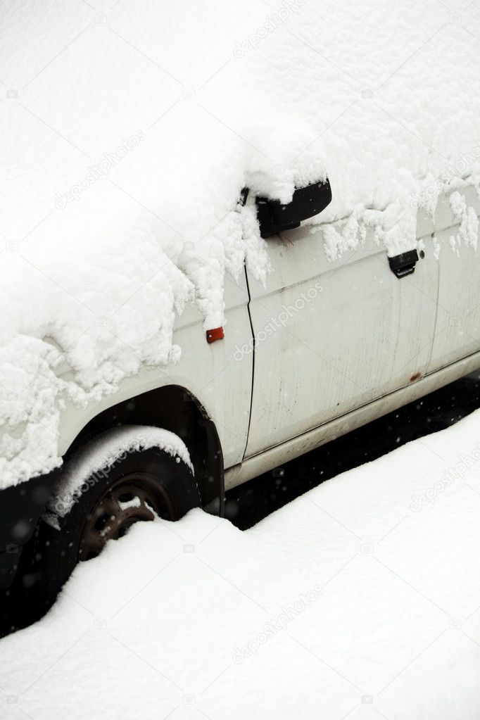 Cars covered with snow after a heavy snowfall in a city — Stock Photo #6148068