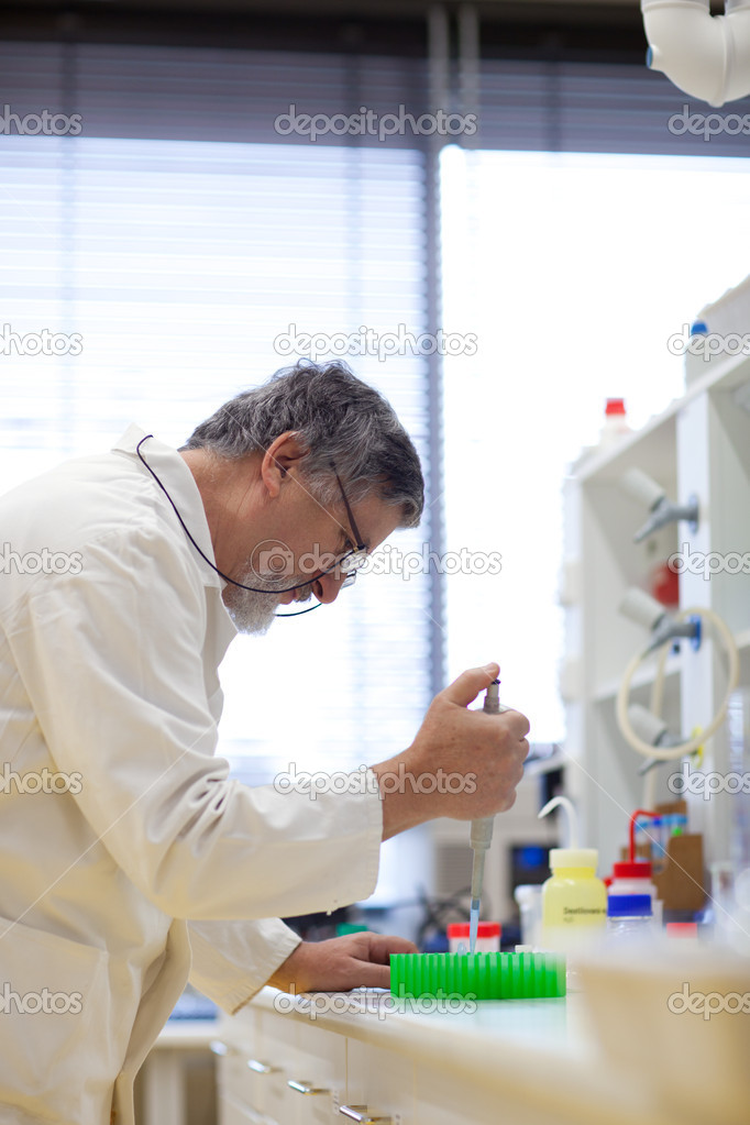 Senior male researcher carrying out scientific research in a lab (shallow DOF; color toned image) — Foto Stock #6149387