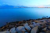 Puesta del sol a lo largo de la costa en hong kong con rocas — Foto de Stock