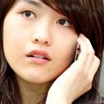femme asiatique, parler au téléphone avec curieux visage — Photo