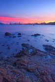 沿着海岸,长时间曝光的岩石日落 — 图库照片