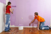 Young couple paint on renovation — Стоковое фото
