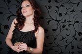 Soirée cocktail robe de soirée femme tenir le sac à main — Photo