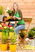 Jardinagem mulher plantando flor de primavera — Fotografia Stock