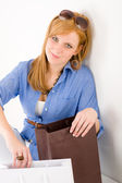 Шоппинг молодая женщина с бумажный мешок — Стоковое фото