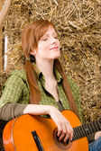 Young country woman relax with guitar — Stock Photo