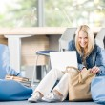 jovem estudante de liceu feliz relaxar com laptop — Foto Stock