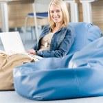 relaks szczęśliwy młody licealista z laptopa — Zdjęcie stockowe