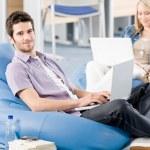 młodych uczniów w szkole, pracy na laptopie — Zdjęcie stockowe