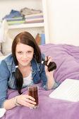 Limonada de bebida do jovem estudante garota estudo em casa — Foto Stock