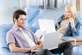 Junge schüler am gymnasium arbeiten am laptop — Stockfoto