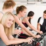 Groupe de remise en forme de vélo gym — Photo