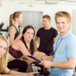 unga fitness instruktör gym spinning — Stockfoto #5939325